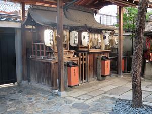 八幡神社(左)と猿田彦神社(右)