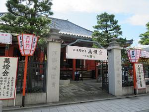本堂前の門