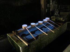 光る手水鉢