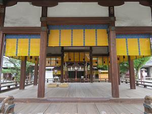 拝殿の奥の本殿