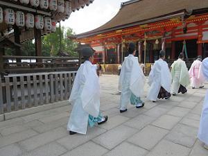 本殿に向かう神職の列