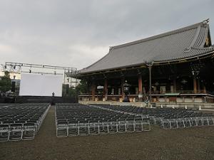 阿弥陀堂とスクリーン