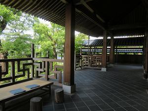 本堂の屋根と柱
