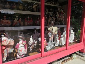 お堂の中の人形
