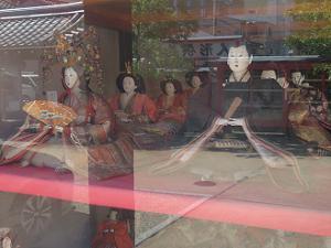 庚申堂の中の人形