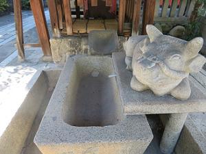 手水鉢と牛