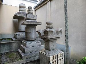 3つ並んだ供養塔