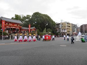 祇園石段下を進む行列