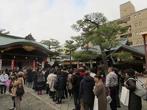 本殿前に並ぶ多くの参拝者