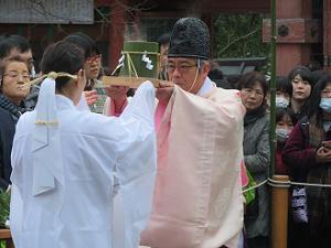 竹の桶を神職に渡す