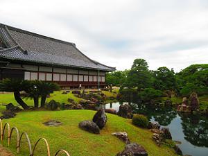 二の丸御殿と池