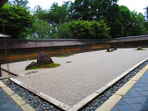 西側から見た石庭