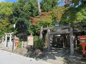 大神宮社とカエデ