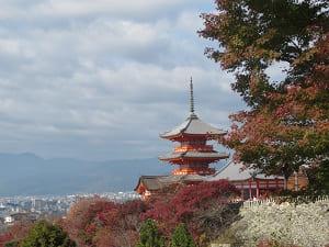 紅葉の奥の三重塔