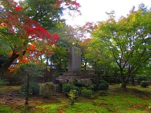 七卿碑と紅葉