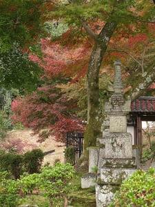 供養塔と紅葉