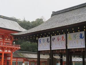 楼門(左)と舞殿(右)