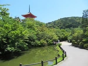 池と新緑と三重塔