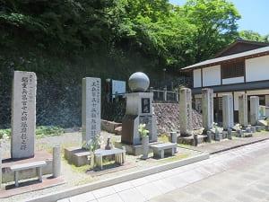 顕彰碑と慰霊碑