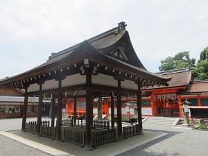 拝殿と本宮