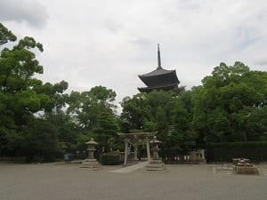 西から見た五重塔