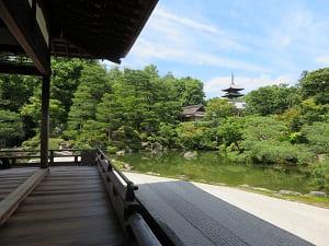 宸殿の縁側と北庭