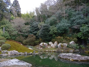 護岸の巨石と粟田山の斜面